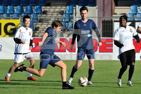 Topschakers spelen voetbal
